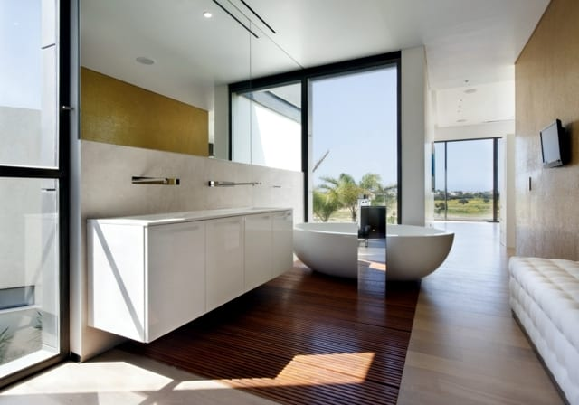 VianPool modern-house-with-pool-promises-a-good-time-outdoors-10