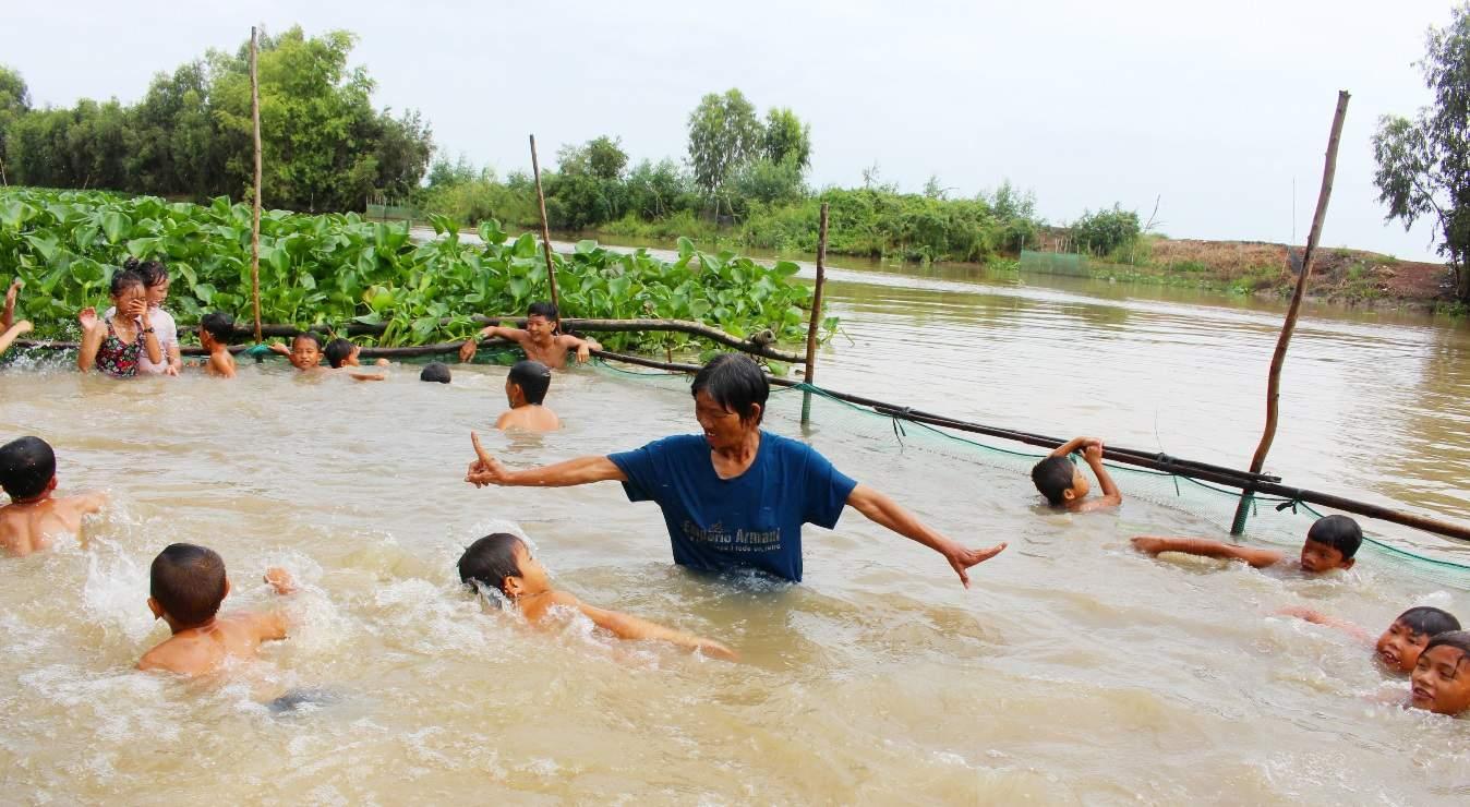 VianPool Chuyện bà Sáu Thia: 17 năm dạy bơi miễn phí cho hơn 2.000 trẻ em vùng sông nước