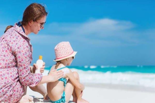 Sử dụng kem dưỡng ẩm kết hợp kem chống nắng khi đi bơi