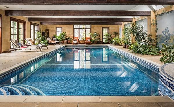 Biệt thự một tầng ôm lấy hồ bơi