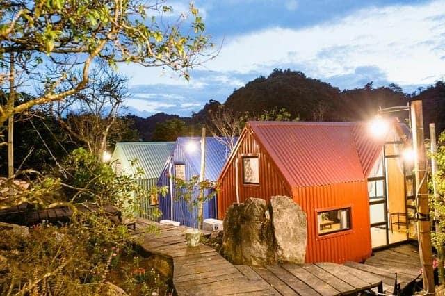 Căn Homestay nhỏ xinh với màu sắc nổi bật cùng ánh đèn vàng rực rỡ cũng là một ý tưởng hoàn hảo