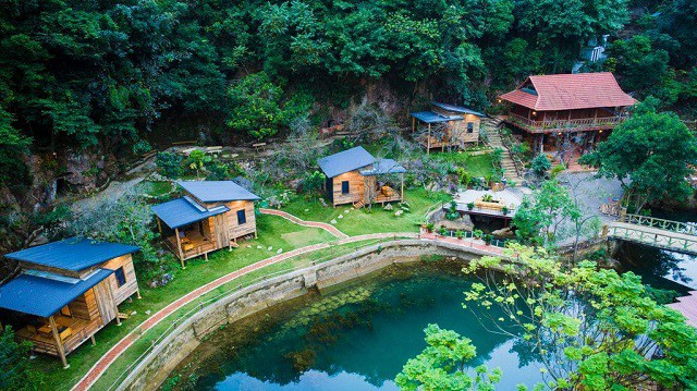 Homestay thiết kế đơn giản đặt trong khu vườn xanh ngát cùng hồ nước lớn là nơi thích hợp để nghỉ dưỡng