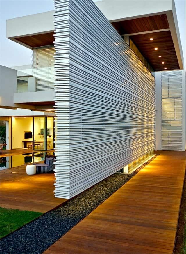 VianPool modern-house-with-pool-promises-a-good-time-outdoors-13