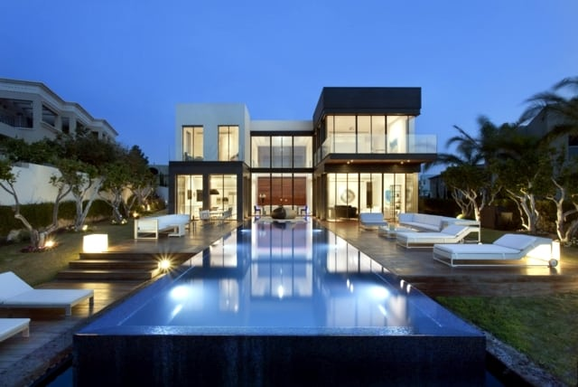 VianPool modern-house-with-pool-promises-a-good-time-outdoors-15