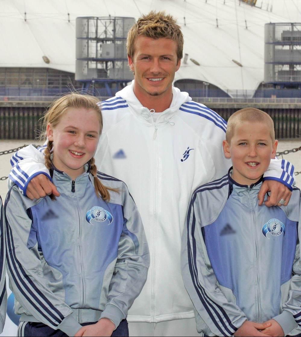 Năm 11 tuổi, Harry Kane chụp cùng cô bé, người mà 13 năm sau anh lấy làm vợ. (Ảnh: The Sun)