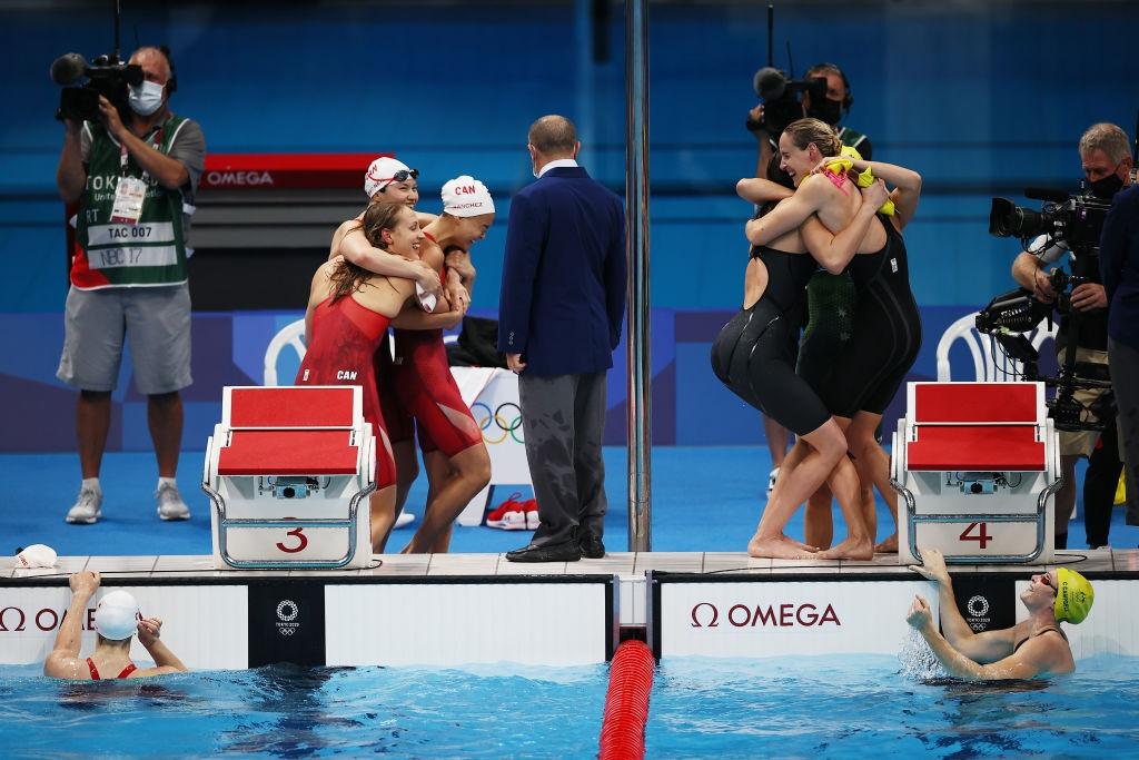 Niềm vui của các nữ kình ngư Úc (phải), trong khi đội về nhì là Canada cũng vui mừng không kém vì cũng đoạt huy chương đầu tiên /// AFP
