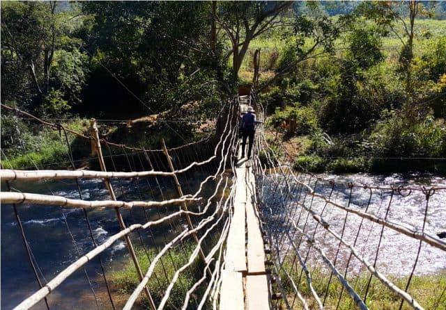Cây cầu đi tắt qua con sông để đến nhà máy thủy điện Ialy. (Ảnh ST)